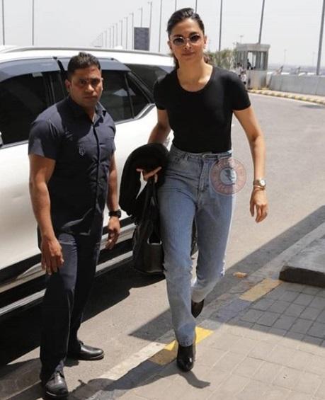 Deepika Padukone keeps it simple in this light blue jeans ...