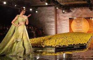 Malaika Arora And Aditi Rao Hydari looks stunning and beautiful on the ramp for the desinger