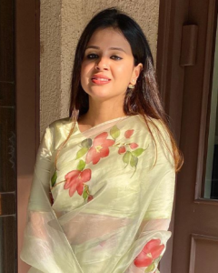 Sakshi Dhoni looks amazing in this hand painted sari